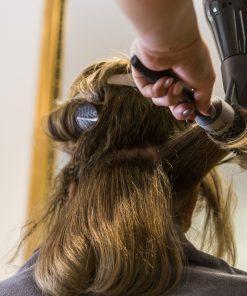 mani nei capelli, shampoo, taglio, colore e piega